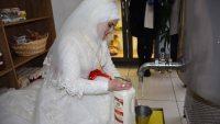Gelinlikle İşyerinde Süt Doldurup Düğüne Gitti