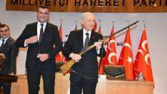 MHP Lideri Bahçeli'ye antika tüfek hediye edildi