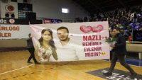 Basketbol maçında sürpriz evlilik teklifi