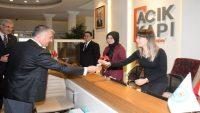 Vali Yazıcı'dan kadınlara karanfil
