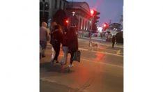 Kırmızı ışıkta insanlar geçti, o bekledi
