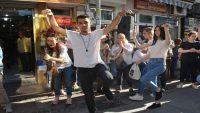 100. yıl için 100 kursiyer sokakta harmandalı oynadı
