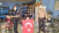 Polislerden engelli kıza kutlama