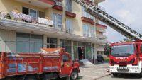 Evde mahsur kalan çocukları itfaiye balkondan girerek kurtardı