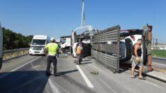 8 otomobili taşıyan TIR devrildi