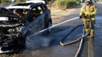 Balıkesir'in Edremit ilçesinde bir otomobil yanarak hurdaya döndü