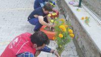 Gönüllü gençler bahçeyi boyayarak ve mevsim çiçekleri ile renklendirdi.