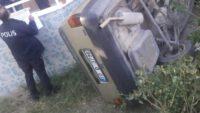 Otomobil yoldan çıktı, evin bahçesine devrildi