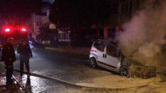 Park halinde yanan araç önündeki aracı da yaktı