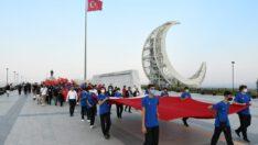 sporcularımız Türk Bayrağı ile Çamlık Anıtına yürüyüş yaptı
