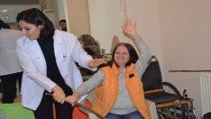 Gönüllü fizyoterapist hastalara sağlık aşılıyor