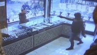 Silahlı soyguncuyu sopayla kovaladı