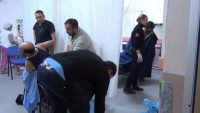 Ayvalık'ta mendirek kayalıklarında mahsur kalan 44 göçmen kurtarıldı