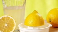 Limonlu su içmenin faydaları saymakla bitmiyor… Limonlu su içmenin faydaları saymakla bitmiyor… 1 / 9 1 yıl boyunca her gün 1 bardak limonlu su içmenin sağlığımıza olan etkilerini biliyor musunuz? İşte içtiğimiz suyun içerisine 1 dilim limon koyduğumuzda sağlığımızda meydana gelen o değişimler…