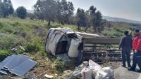 Cam yüklü kamyonet devrildi: 1 yaralı