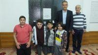 Teravih namazına gelen çocuklar cemaati sevindirdi