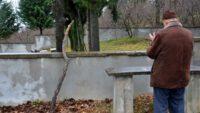 Haftada bir gün kendi mezarını ziyaret ediyor
