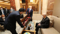 MHP Lideri Devlet Bahçeli'ye anlamlı hediye: Üzerinde Fetih Suresi bulunuyor
