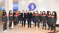 Hakkari Yüksekova Belediyespor Kadın Futbol Takımı Vali Hasan Şıldak 'ı ziyaret etti.