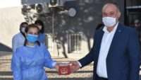 Fırıncılar Odası BaşkanI Niyazi Tunç saha ekibi ile 112 çalışanlarına 200 adet pasta hediye etti.