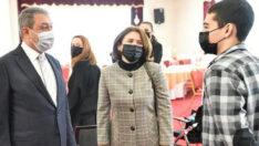 Vali ile eşi, başarılı gençleri ayakta alkışladı