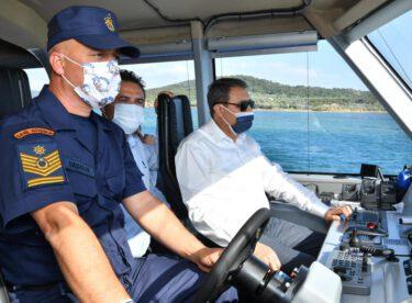 Vali  Şıldak Ayvalık Sahil Güvenlik Kuzey Ege Grup Komutanlığı görev sahasında incelemede bulundu.