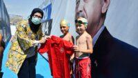 Balıkesir Milletvekili Belgin Uygur yüzme öğrenen çocuklarla buluştu.