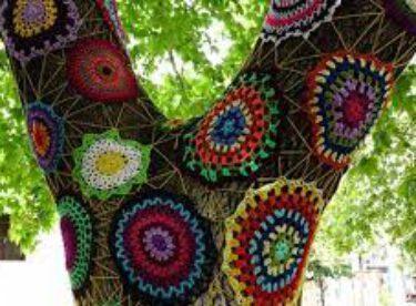 Kazdağları'nın Ağaçları Örgüler Ve Desenli Kumaşlarla Süslüyorlar