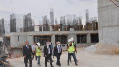 Kampüste inşaatı devam eden 3 bin kişilik kız öğrenci yurdu projesi 2022 yılı sonuna kadar tamamlanmış olacak.